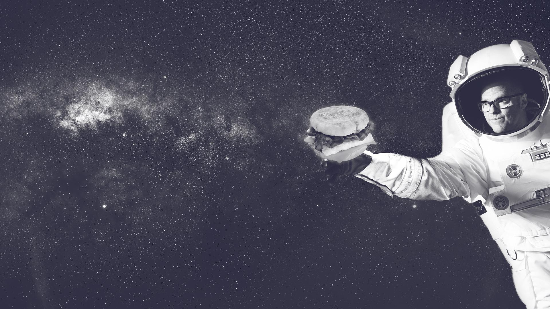 Astronaut mit Burger in der Hand