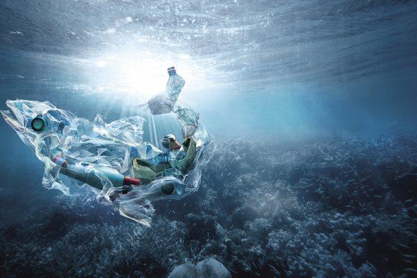 Müll im Meer der wie ein Fisch aussieht