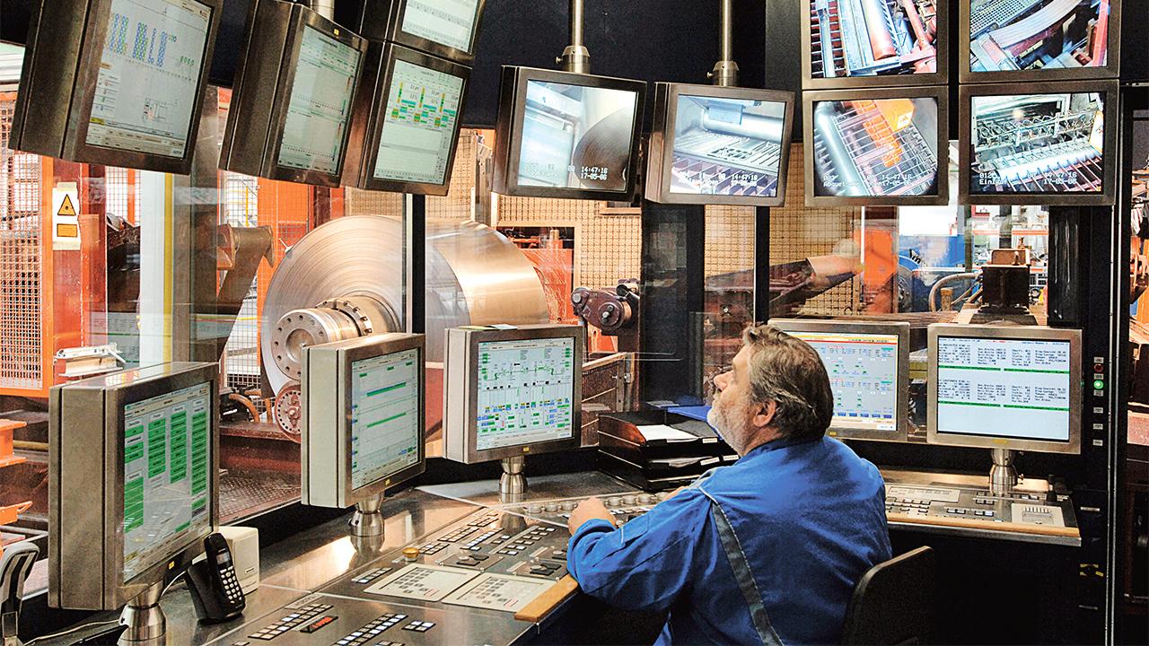Multiscreening mit Dose: Ein Mitarbeiter überwacht den Produktionsprozess