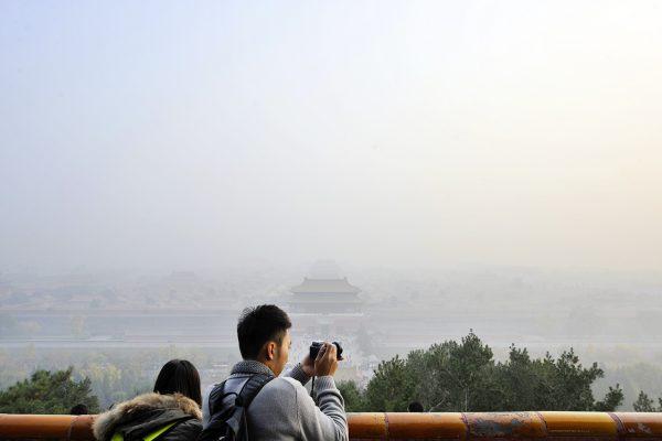 Mensch fotografiert Smog in Peking