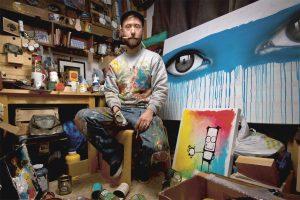 Künstler in seinem Atelier der weggeworfene Dosen bamalt