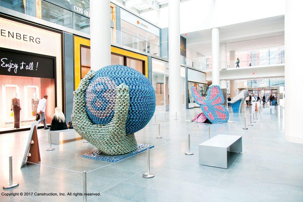 Kunstwerke aus Dosen in Einkaufszentrum