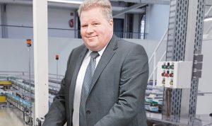 Werkleiter Klaus Lohmann in Dosenfabrik